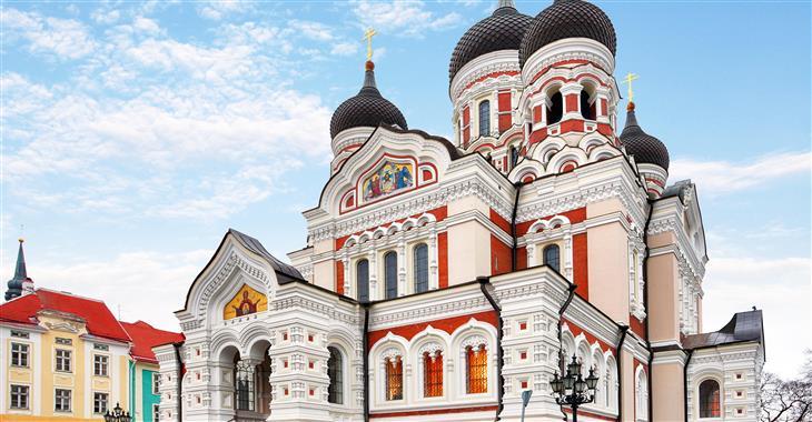 Katedrála Alexandra Něvského dominuje Hradnímu náměstí v části hradního komplexu Malý hrad v Tallinu