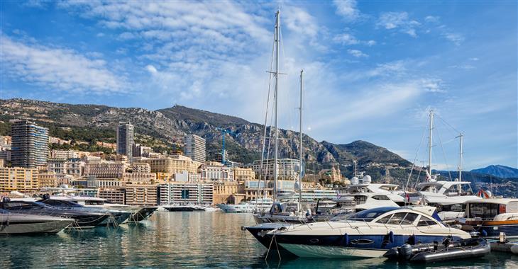 Monacké knížectví je tak malé, že kopce zvedající se za městem už patří Francii, která jej ze všech stran obklopuje