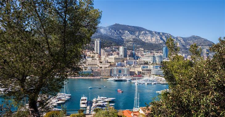 V Monaku se můžete kochat výhledy z Exotických zahrad, Růžovou zahradou princezny Grace nebo se koupat v moři