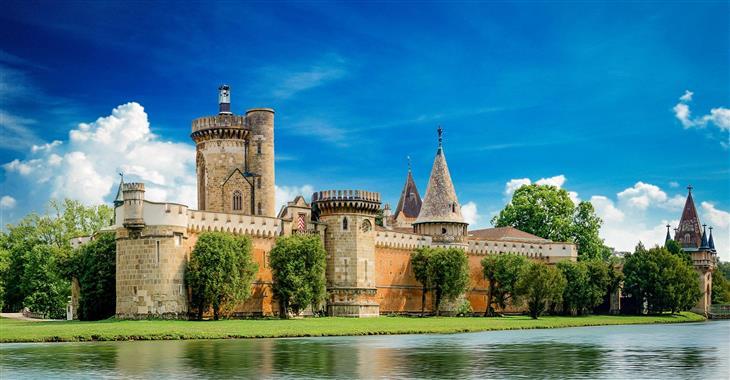 Hrad byl postaven před necelými 200 lety a měl být napodobeninou ideálního rytířského hradu se všemi příslušnými stavebními prvky
