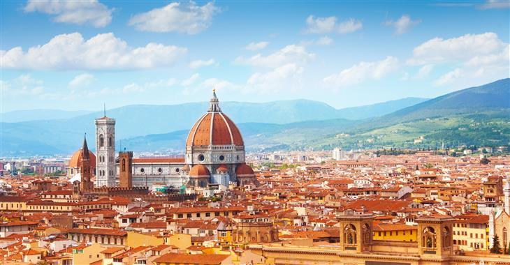 Městu dominuje kopule gotické katedrály Santa Maria del Fiore, jejíž exteriér je zdoben mramorovými panely růžové a zelené barvy