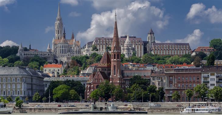 Když místní mluví o hradu, nemají tak na mysli jen samotný Budínský palác, ale celé středověké město na Hradním vrchu