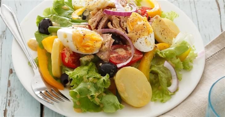 """V Nice musíte ochutnat místní specialitu """"Salade niҫoise"""""""