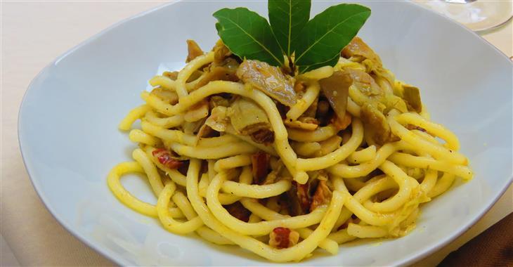 Další specialitou, kterou doporučujeme ochutnat, jsou Pici. Jedná se o velké, obvykle ručně dělané silné špagety